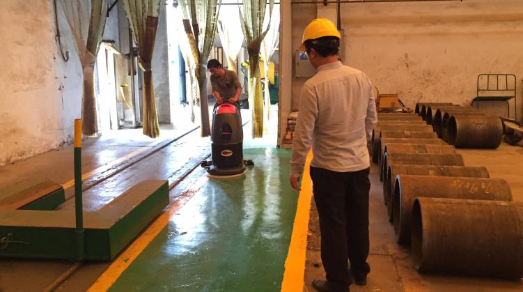 洗地机能否胜任工厂重度油污地面清洁工作?