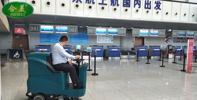 驾驶式洗地机在机场大厅使用效果